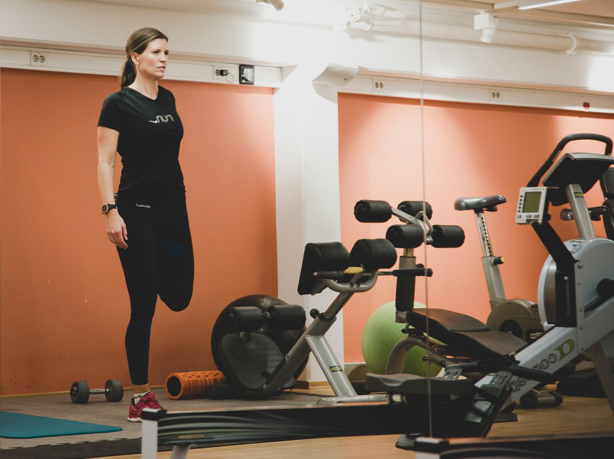 TRENER I LUNSJEN: Hos If inkluderer de trening i arbeidstiden. – Som småbarnsmor er det ikke alltid jeg får tid til å trene om morgenen, og da er det supert å ta det i lunsjen, sier Solveig Thommessen, advokat innen personskade hos If.