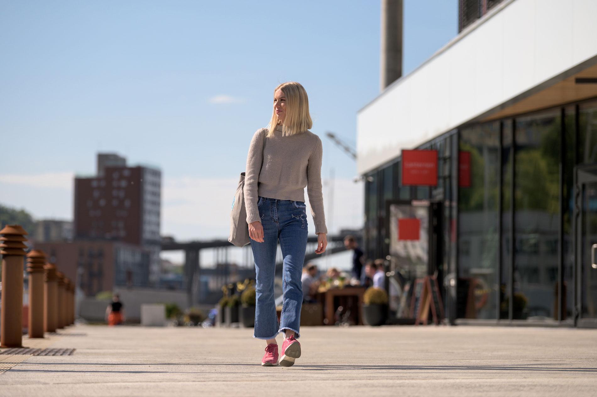 UT - OG HJEM IGJEN: Tiril tar for tiden en master i finans på NHH i Bergen. Hun ser for seg å jobbe i utlandet noen år etter studiene, men så vil hun hjem til Norge.