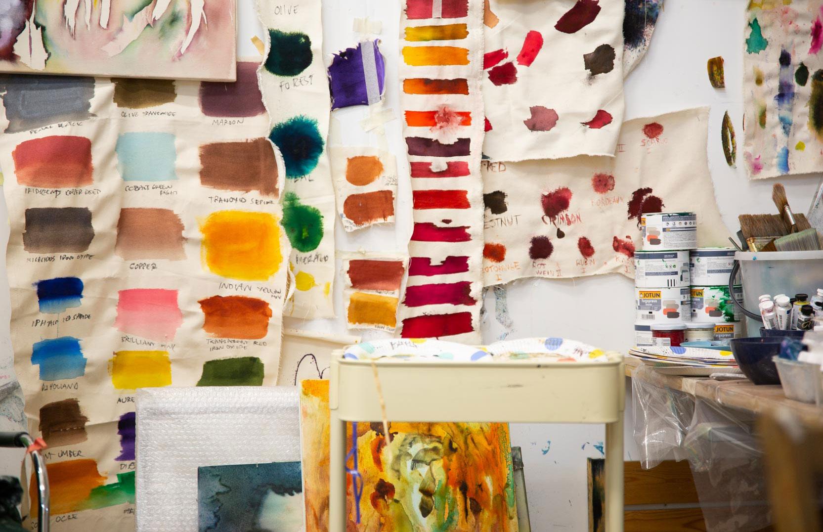 FARGELABORATORIE: Jorunn forsker frem farger i sitt kunstnerskap. Hun jobber med tekstilpigmenter.