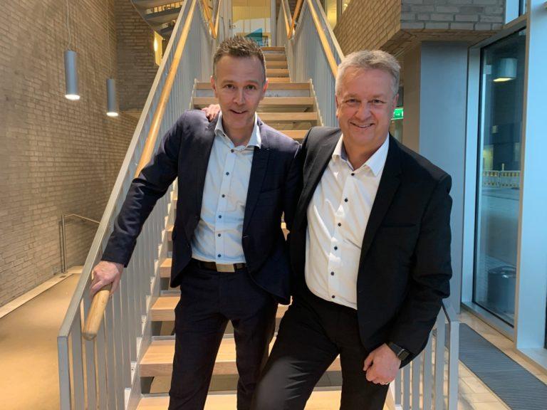 SATSER I DISTRIKTENE: Petter Orning (t.h.), leder for DNB Retail, og Roger Antonesen, leder for små og mellomstore bedrifter i DNB, leder distriktssatsingen internt i DNB. Bildet er tatt før korona.